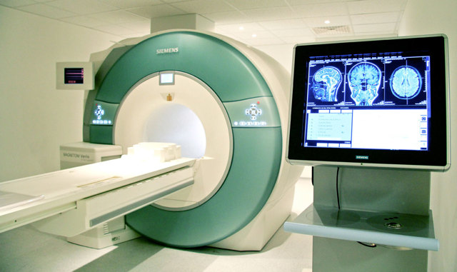 Можно ли делать МРТ с металлическими коронками?